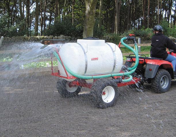 Reitplatzbewässerung Wasserwagen